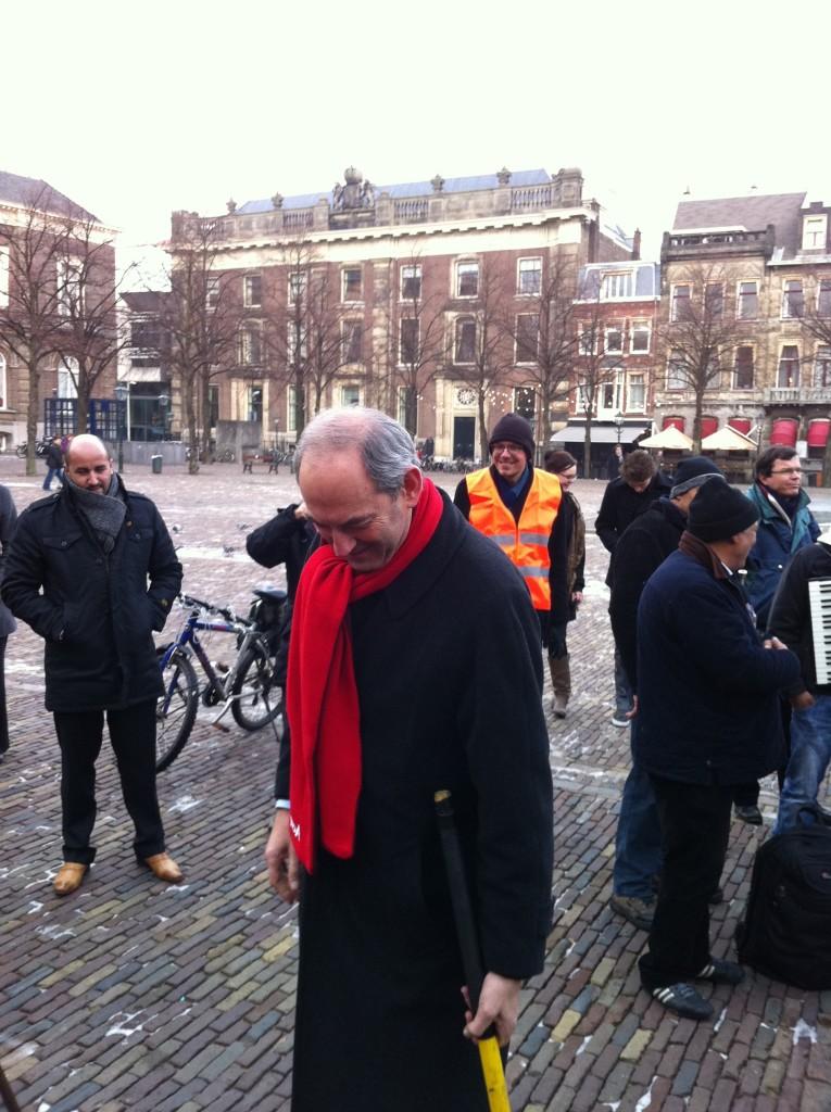 Meneer Job Cohen bij het leerlaren protest binnenhof Den Haag 8 December 2010